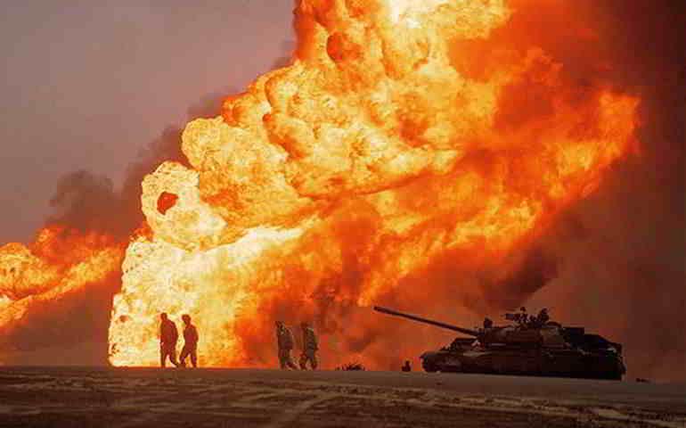 Quema de un yacimiento petrolífero durante la retirada de las tropas iraquíes